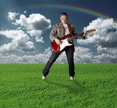 Chica hippie con la guitarra al aire libre — Foto de Stock