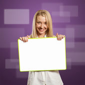 Happy businesswoman holding blank white card — Stock Photo