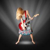 Hippie-mädchen mit e-gitarre — Stockfoto