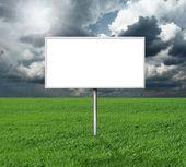 Billboard и зеленой травы и голубое небо cloudly — Стоковое фото