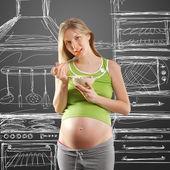 Inschrijving zwangere vrouw met salade — Stockfoto