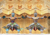 壮大な宮殿の寺院での 2 つの悪魔 — ストック写真