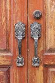Vintage dörrhandtag på en trädörr — Stock fotografie