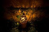 лампа глины в саду — Стоковое фото