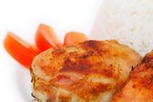 Kavrulmuş tavuk uyluk, pirinç ve domates — Stok fotoğraf