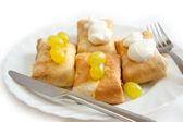 与填充板与酸奶油和葡萄上煎饼 — 图库照片