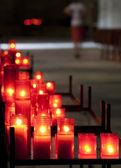 Rode kaarsen in kerk — Stockfoto