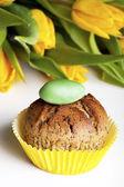 Cupcake and yellow tulips — Stock Photo