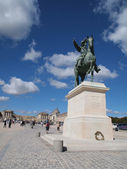 In front of Chateau de Versailles & King Louie XIV Statue — 图库照片