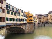 Ponte Vecchio bridge over river Arno in Florence , Italy — Stock fotografie