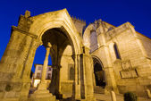 Monument and a ancient church in Guimaraes — Stock Photo