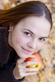 Brünette mädchen mit apple hautnah — Stockfoto