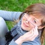 Лицо молодой девушки в очках — Стоковое фото