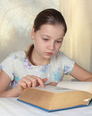 Teenage girl reading — Stock Photo
