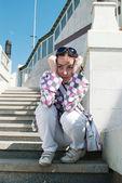 Fille triste sur escalier — Photo
