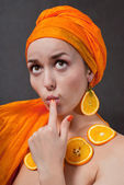 Fille avec foulard orange — Photo