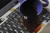 Kaffe spiller på tangentbord — Stockfoto
