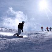 Ski resort Italy , man snowboarding — Stock Photo