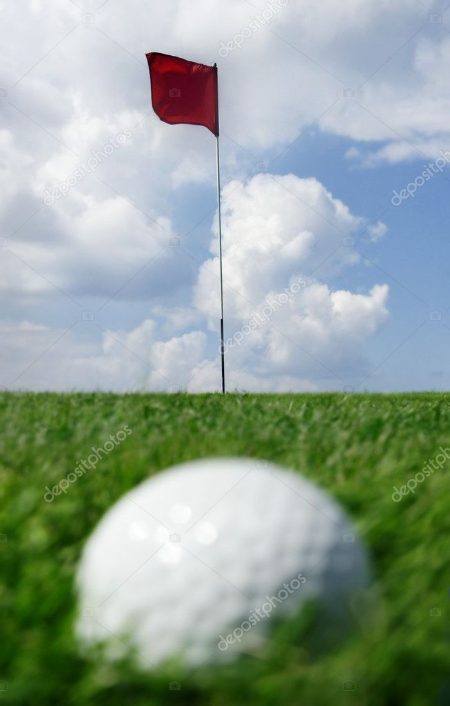 Golf ball and flag -- short putt. Focus on the flag — Stock Photo #4255008