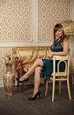 Elena est assis sur une chaise — Photo