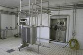 Temperatura controlada tanques de pressão e válvulas na fábrica — Foto Stock