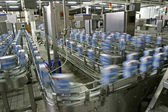 Linea di produzione nel moderno stabilimento lattiero-caseario — Foto Stock