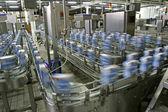 Výrobní linka v moderní továrně mléka — Stock fotografie