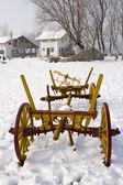 Vieille charrette dans la neige — Photo