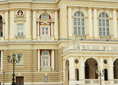Lateral arch of the Odessa opera theater with lanterns — Foto de Stock
