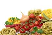 Italské těstoviny tagliatelle a farfalle s zeleninou — Stock fotografie