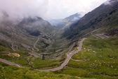 Bekijken met prachtige vallei en avontuurlijke weg van transfagarasan — Stockfoto
