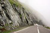 Dangerous road an foggy condition in Transfagarasan — Стоковое фото
