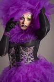 трансвестит в фиолетовое платье — Стоковое фото