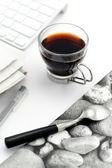Kaffee in glas tasse mit stilvollen serviette — Stockfoto