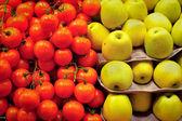 Organic tomato and apple on market — Stock Photo