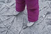 Enfant paie avec patins sur glace — Photo