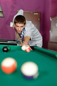 Concentrated young man playing snooker — Stock Photo