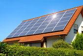 панели солнечных батарей на красной крышей — Стоковое фото