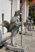 Native thai-stil der hälfte winkel halb vogel skulptur — Stockfoto