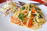 Spaghetti whit shrimp and basil fried — Stock Photo