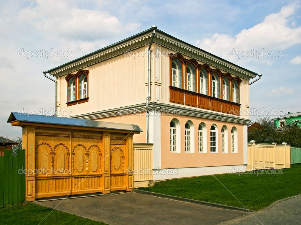 The beautiful house and wooden gates — stock photo