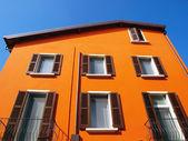 Pomarańczowy dom w włoskiej stoczni — Zdjęcie stockowe