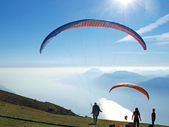 Paragliders in the mountains — Stock Photo