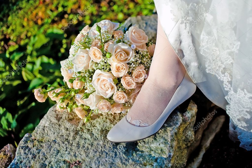 Bride leg and bunch of flowers — Stock Photo #4636601