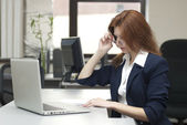 Business woman work on laptop — Stockfoto
