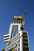 The elevating crane and building — Stockfoto