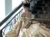 Молодая женщина в платье золотого цвета — Stock Photo