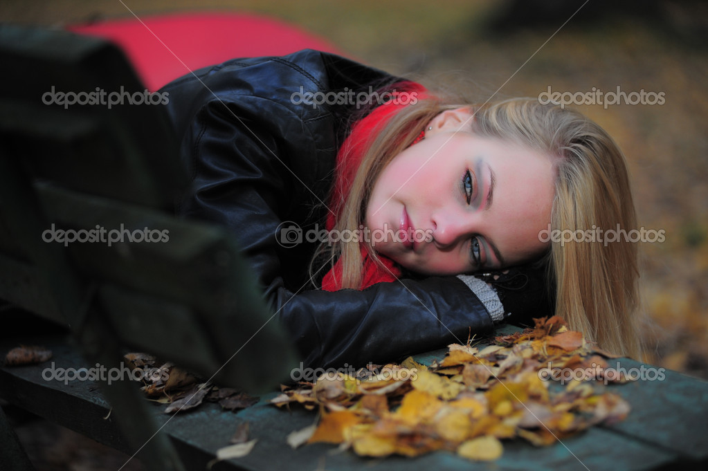 A sad young woman in autumn park. — Stock Photo #4332901