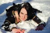 Meisje ligt in de sneeuw — Stockfoto