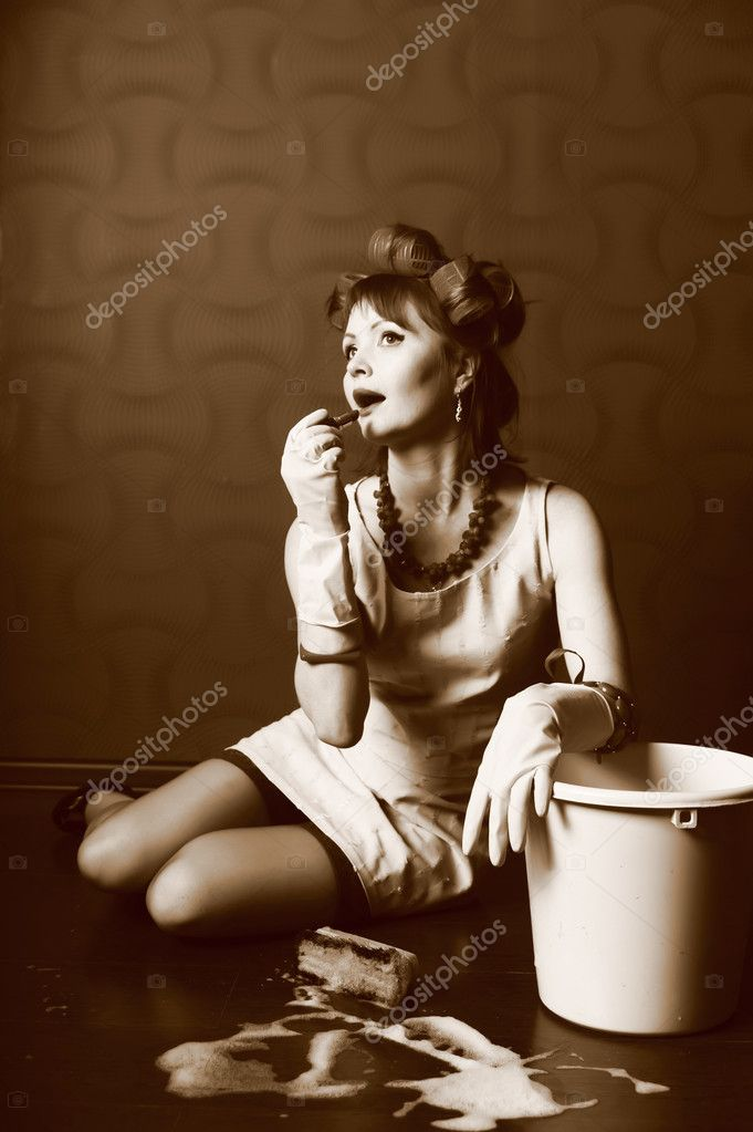 Sexy housewife is cleaning the floor    — Stock Photo #4655508